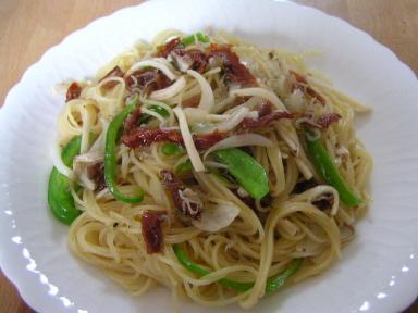 グルメグレードの「イタリア産のドライトマト」を、ぜひお楽しみください。細身パスタのカッペリーニで「ドライトマトを使った野菜とジャコのパスタ」を作りました。