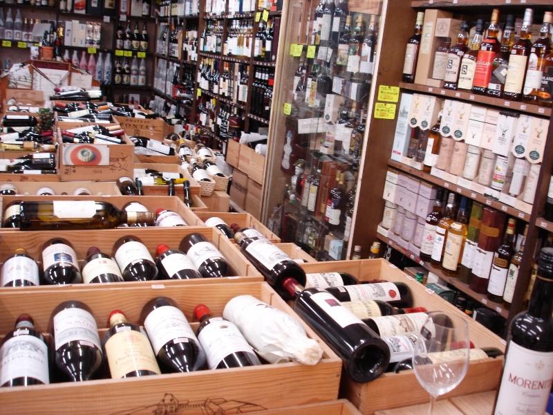 「中田屋」店内の一部です。 ワインは24時間365日店内で温度管理されて育ち続けております。