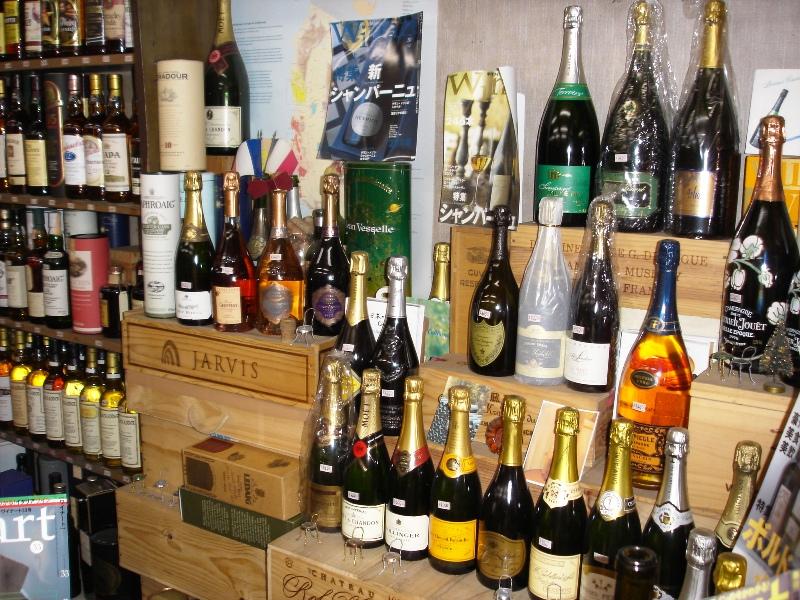 「中田屋」店内でワイン・銘酒が育っています。 マグナムやそれ以上の大きなボトルワイン・シャンパーニュも沢山あります。お祝いの乾杯に最適です。